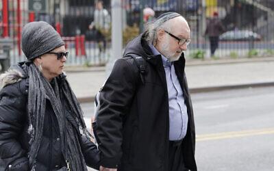 L'espion Jonathan Pollard, reconnu coupable, et sa femme Esther arrivent au tribunal fédéral de New York, le 7 avril 2016. (AP Photo/Mark Lennihan)