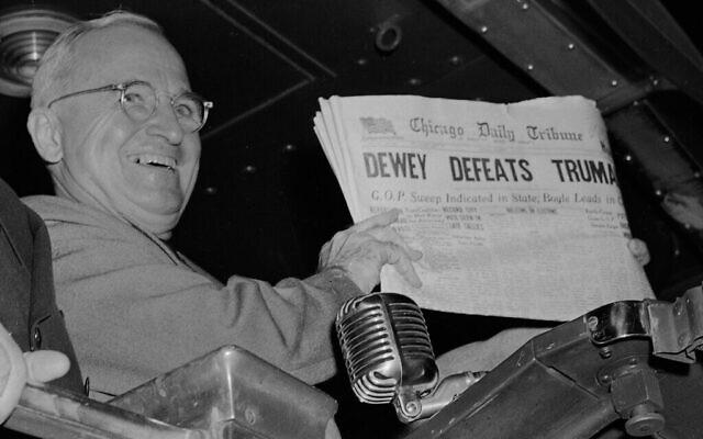"""Harry S. Truman présente une édition du """"Chicago Daily Tribune"""" le jour des élections, qui, sur la base des premiers résultats, a annoncé par erreur que """"Dewey bat Truman"""", le 4 novembre 1948. (AP Photo/Byron Rollins)"""