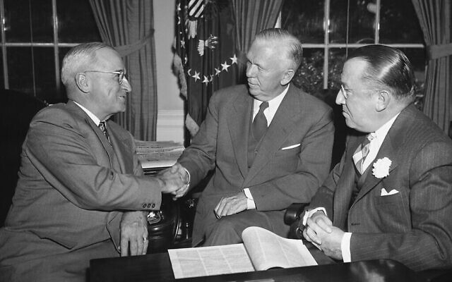 Harry Truman, président de l'époque, (à gauche), félicite George Marshall, (au centre), après que l'ancien secrétaire d'État soit devenu président de la Croix-Rouge américaine à la Maison Blanche, le 3 octobre 1949. (Photo AP)
