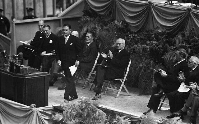 Le président Harry Truman (à droite), commence à applaudir alors que le gouverneur de New York Thomas E. Dewey s'avance vers l'estrade des orateurs lors des cérémonies de pose de la première pierre du siège permanent des Nations unies, le 24 octobre 1949 à New York. (Photo AP)
