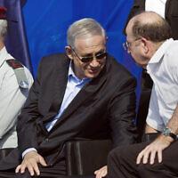 Le Premier ministre Benjamin Netanyahu, (au centre), le chef d'état-major de Tsahal de l'époque Benny Gantz, (à gauche), et le ministre de la Défense Moshe Yaalon assistent à une cérémonie marquant l'arrivée de l'INS Tanin, un sous-marin de classe Dolphin AIP, sur une base navale dans la ville de Haïfa, au nord du pays, le 23 septembre 2014. (AP Photo/Amir Cohen, Pool)