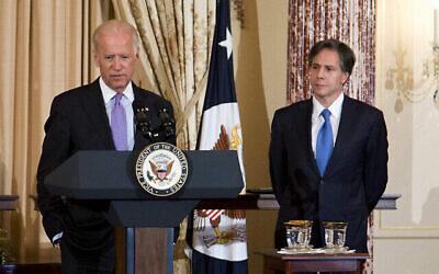 Le vice-président Joe Biden et l'adjoint au secrétaire d'État Tony Blinken, le 30 juin  2015, au département d'État à Washington. (Crédit : AP Photo/Manuel Balce Ceneta)