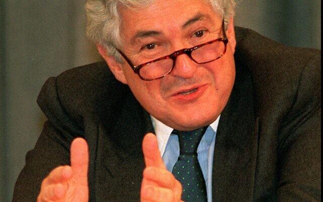 James Wolfensohn, président de la banque mondiale, en conférence de presse à Moscou, le 27 février 1995. (Crédit : AP PHOTO/Misha Japaridze)