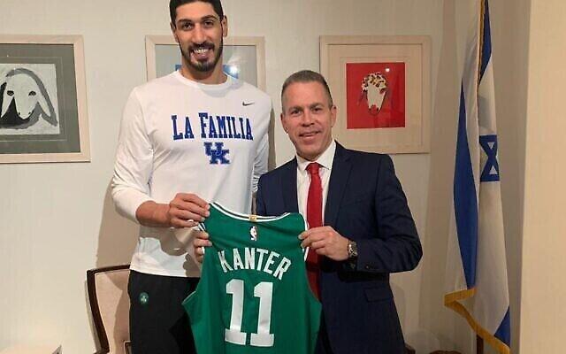 L'attaquant des Boston Celtics Enes Kanter (à gauche) et l'ambassadeur d'Israël à l'ONU Gilad Erdan, le 18 novembre 2020. (Mission israélienne à l'ONU)