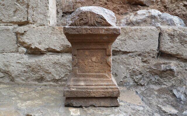 Une inscription en grec sur un autel de l'ère romaine découvert pendant des fouilles récentes réalisées dans la réserve naturelle de Banias (Crédit : Jonathan Orlin/Autorité de la nature et des parcs)
