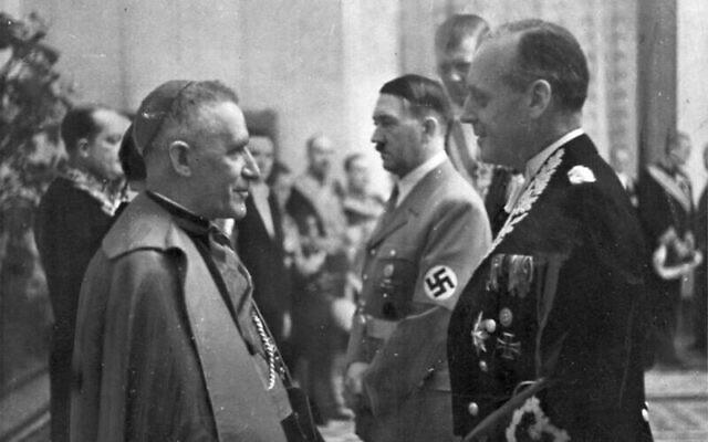 Photo d'illustration : Vincenzo Orsenigo - qui n'était pas jésuite mais un haut-diplomate du Vatican lié au régime nazi - échange avec le ministre nazi des Affaires étrangères Joachim von Ribbentrop, avec Adolf Hitler en arrière-plan, en 1939. (Crédit : Bundesarchiv bild)