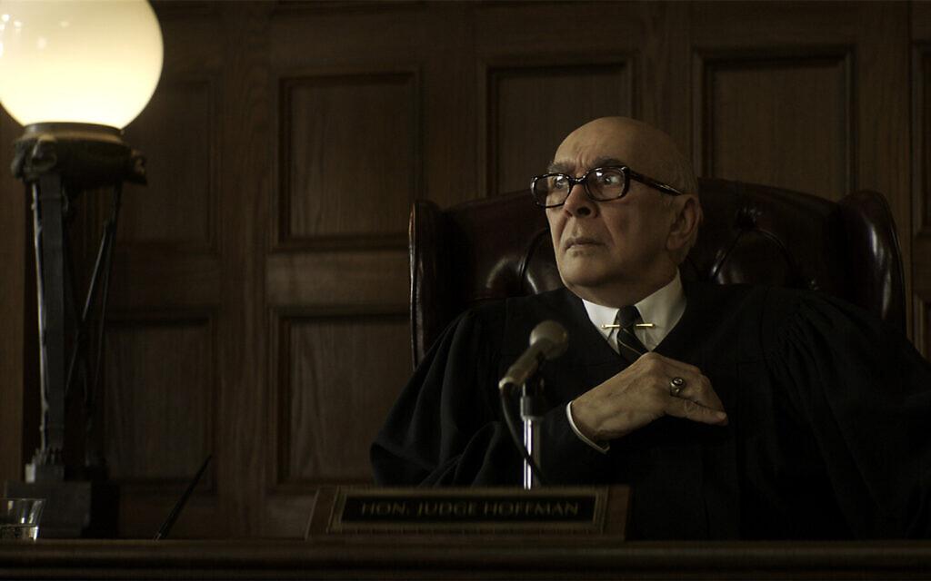 """Frank Langella dans le rôle de Julius Hoffman dans le film """"Les 7 de Chicago"""". (Crédit : Niko Tavernise/NETFLIX)"""