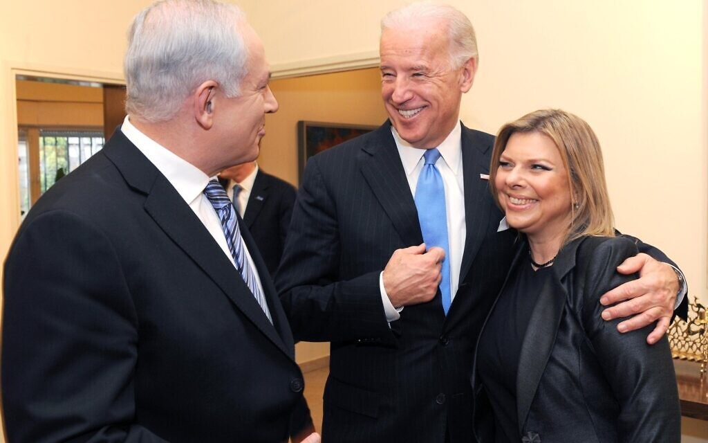Le Premier ministre Benjamin Netanyahu (à gauche) et son épouse Sara rencontrent le vice-président des États-Unis Joe Biden (au centre) à Jérusalem, le 9 mars 2010. (Avi Ohayun/GPO)