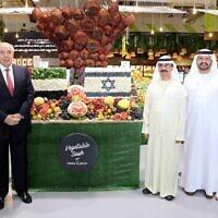 Des responsables de DP World et de la firme israélienne Agrexco au marché de Dubaï, au mois de novembre 2020. (Crédit :  DP World)