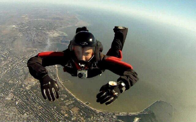 """Parachutisme en chute libre, sur cette photo, Dobromir Slavchev, Instructeur de parachutisme. (CC0 1.0 Universal """"CC0 1.0"""" Public Domain Dedication)"""