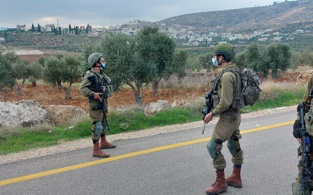 Des soldats israéliens près de l'endroit où deux explosifs ont été placés, au centre de la Cisjordanie, le 22 novembre 2020. (Crédit : Armée israélienne)
