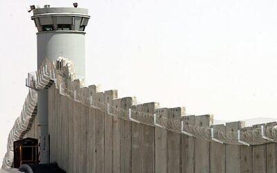 Une tour de garde le long de la barrière séparant Israël de la Cisjordanie, aux abords du barrage routier de Qaladia, près de Jérusalem, le 31 juillet 2007. (Crédit : Maya Levin / Flash 90)