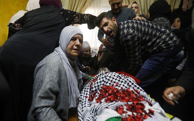 Les proches d'Ahmad Jamal Manasra, 26 ans, au cours de ses funérailles dans le village de Wad Fokin, en Cisjordanie, près de Bethléem, le 21 mars 2019. (Crédit : Wisam Hashlamoun/Flash90)