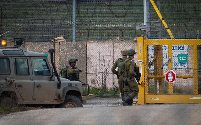 Des soldats israéliens montent la garde du côté israélien du passage de Quneitra, à la frontière israélo-syrienne, sur le plateau du Golan, le 23 mars 2019. (Basel Awidat/Flash90)
