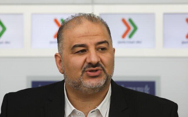 Mansour Abbas du parti Raam donne une conférence de presse après une réunion avec le président Reuven Rivlin à la résidence du président à Jérusalem le 16 avril 2019. (Noam Revkin Fenton/Flash90)