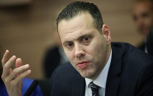 Le député Likud Miki Zohar préside une réunion de la commission parlementaire sur un projet de loi visant à dissoudre la Knesset et à organiser de nouvelles élections, le 28 mai 2019. (Noam Revkin Fenton/Flash90)