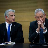 Le président du parti Kakhol lavan, Benny Gantz (à droite), et Yair Lapid du mouvement Yesh Atid-Telem, le 18 novembre 2019. (Hadas Parush/Flash90)