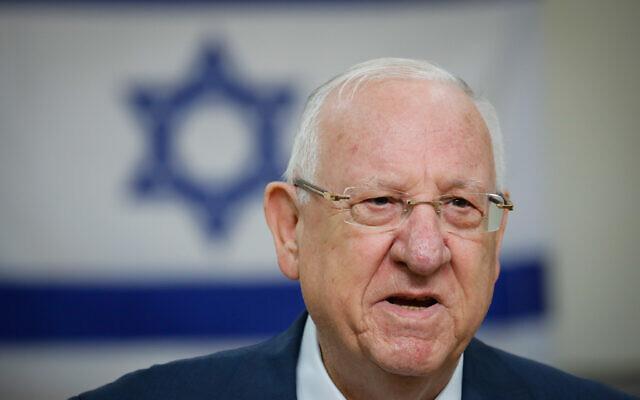 Le président Reuven Rivlin dépose son bulletin de vote dans un bureau de vote à Jérusalem lors des élections à la Knesset, le 2 mars 2020. (Olivier Fitoussi/Flash90)