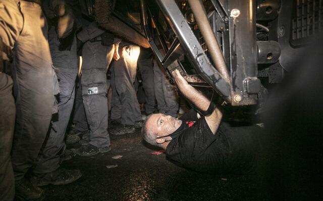 Gonen Ben Yitzhak sous un canon à eau lors d'une manifestation contre le Premier ministre Benjamin Netanyahu, le 18 juillet 2020. (Crédit : Olivier Fitoussi/Flash90)
