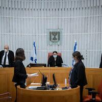 La juge en chef de la Cour suprême Esther Hayut (C) participe à une discussion sur une plainte contre les restrictions sur le coronavirus lors de manifestations à Jérusalem, le 13 octobre 2020. (Yonatan Sindel/Flash90)