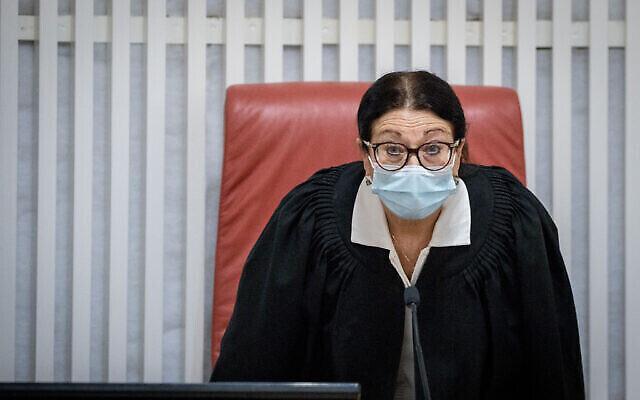 La présidente de la Haute Cour Esther Hayut, écoutant les recours contre le poste de premier ministre suppléant, à la Cour suprême de Jérusalem le 27 octobre 2020. (Crédit : Yonatan Sindel / Flash90)