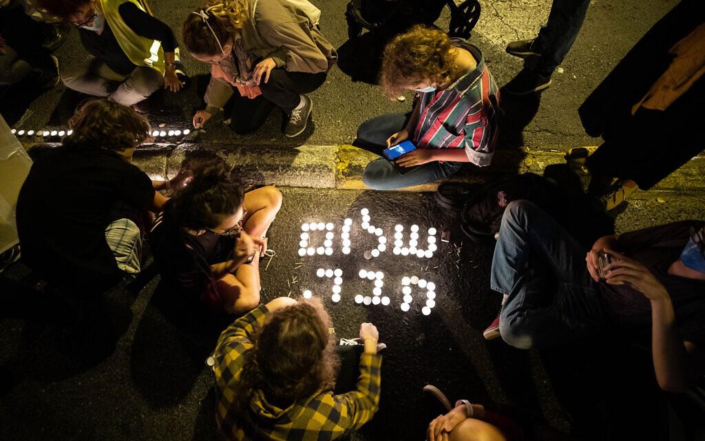 Des Israéliens protestent contre le Premier ministre Benjamin Netanyahu, et commémorent l'assassinat du Premier ministre Yitzhak Rabin, à Jérusalem, le 31 octobre 2020. (Yonatan Sindel/Flash90)