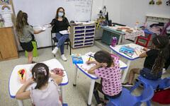 Des enfants portent des masques dans une salle de classe de l'école Kramim à Jérusalem lors de leur premier jour de rentrée des classes après le confinement national, le 1er novembre 2020. (Crédit : Olivier Fitoussi/Flash90)