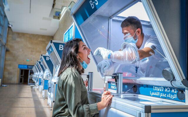 Un laborantin effectue un test de dépistage Covid à l'aéroport Ben Gurion, le 9 novembre 2020. (Crédit : Yossi Aloni/Flash90)