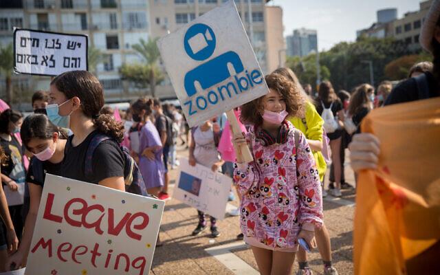Les lycéens israéliens manifestent contre l'apprentissage à distance à Tel Aviv, le 12 novembre 2020. (Crédit : Miriam Alster/Flash90)