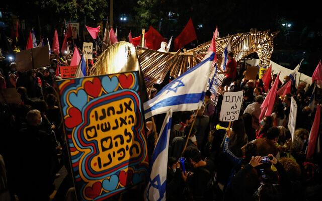 Les manifestants contre le Premier ministre Benjamin Netanyahu à Jérusalem, le 14 novembre 2020. (Crédit : Olivier Fitoussi/Flash90)