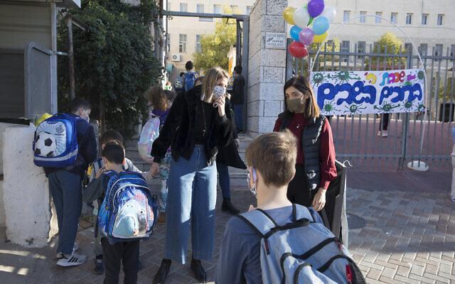 Des enfants entrent à l'école Beit Hakerem à Jérusalem, le 24 novembre 2020. (Olivier Fitoussi/Flash90)