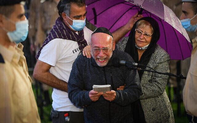 Shlomi Ben-Bassa en pleurs devant la tombe de son fils Lihu, mort dans un accident d'avion et enterré dans le cimetière militaire de Rishon Lezion, le 25 novembre 2020. (Crédit : Avshalom Sassoni/Flash90)