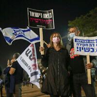 Manifestation contre le Premier ministre Benjamin Netanyahu sur la place Rabin à Tel Aviv, le 28 novembre 2020 (Crédit : Miriam Alster/Flash90)