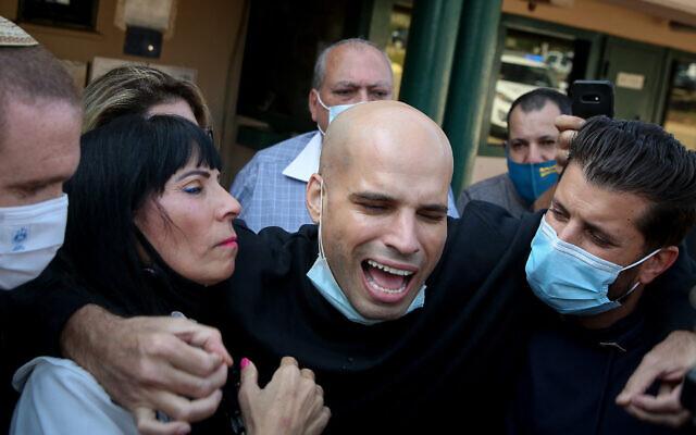 Nati Hadad, condamné en 2018 à quatre ans de prison en Thaïlande avant d'être transféré en Israël pour le reste de sa peine, à sa sortie de la prison de Hermon, dans le nord d'Israël, le 28 novembre 2020. (Crédit :   David Cohen/Flash90)