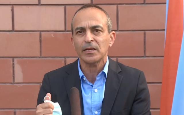 """Le responsable du coronavirus  Ronni Gamzu s'exprime pendant une conférence de presse au sein de l'unité de suivi des contacts """"Alon"""", le 3 novembre 2020. (Capture d'écran :  Twitter)"""