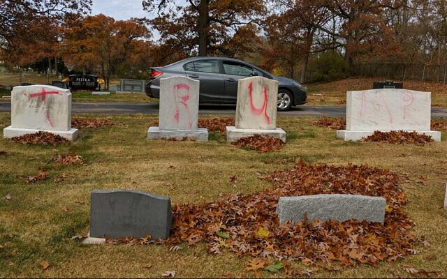 """Des stèles taguées avec le graffiti """"TRUMP"""" dans un cimetière juif de Grand Rapids. Les graffitis ont été découverts le 2 novembre 2020. (Autorisation : ADL via JTA)"""
