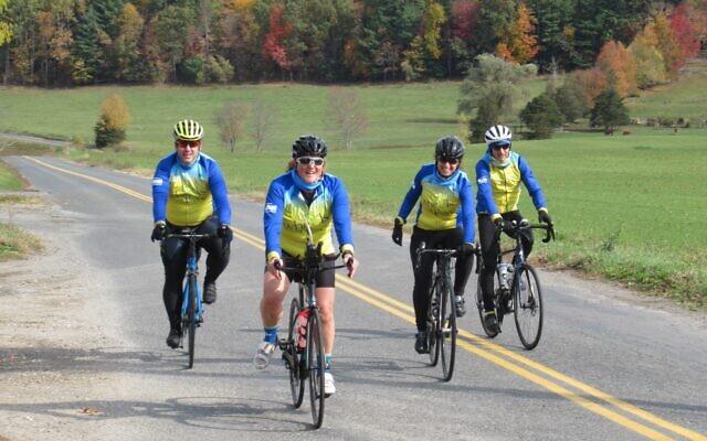 Le groupe des Grumpy Roadsters formé de cyclistes de New York City, lors de la collecte de fonds annuelle en faveur de l'hôpital Alyn dans les Berkshires du Massachusetts, au mois d'octobre 2020. (Autorisation : Alyn)