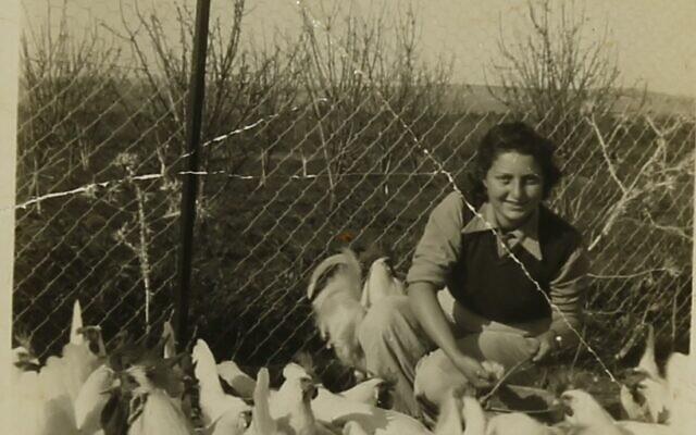Hannah Senesh avec les poules du Moshav Nahalal, une partie des archives de Hannah Senesh actuellement exposées à la Bibliothèque nationale d'Israël (Crédit :  Bibliothèque nationale d'Israël)