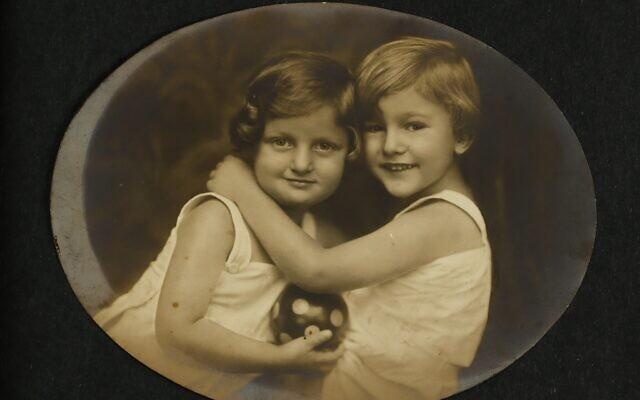 Hannah Senesh et son frère Giora, à droite, en 1924, une partie des archives de Hannah Senesh actuellement exposées à la Bibliothèque nationale d'Israël (Crédit :  Bibliothèque nationale d'Israël)