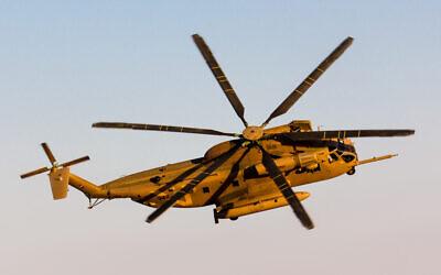 Un hélicoptère de transport lourd israélien Yasur au-dessus de la base aérienne Hatzerim, dans le sud d'Israël, le 24 juin 2015. (Crédit : Oren Rozen/Wikimedia/CC BY-SA 3.0)
