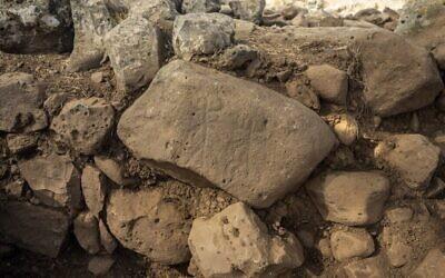 """La pierre gravée découverte près d'Hispin dans le Golan, remontant au 11e siècle avant l'ère commune environ, qui pourrait être la plus ancienne preuve de l'existence de la peuplade biblique appelée """"Guechourites"""". (Crédit : Yaniv Berman, Autorité des Antiquités israélienne)"""