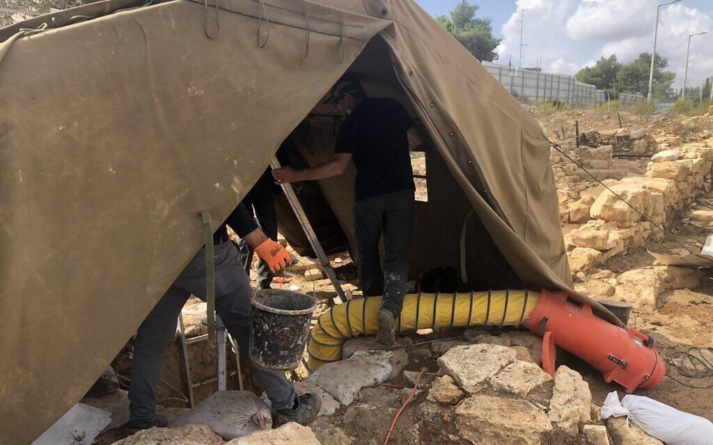 Une tente protège l'ouverture d'une citerne d'eau de la période du Second Temple dans l'ancien village de Kafr Murr, aujourd'hui un quartier de Beit El, le 3 novembre 2020. (Amanda Borschel-Dan/ToI)