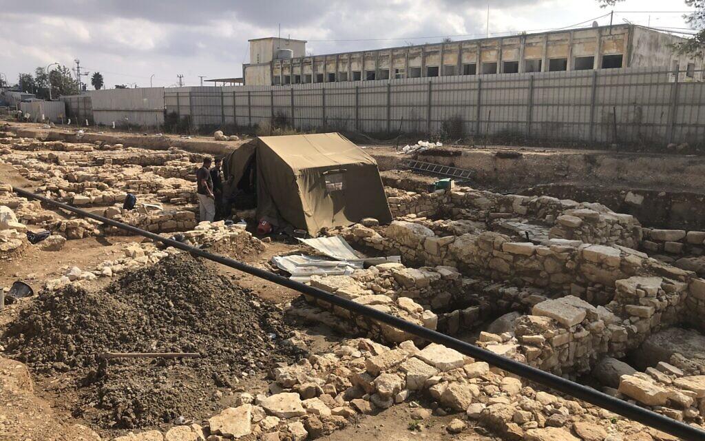 Une tente protège l'ouverture d'une citerne d'eau de la période du Second Temple dans l'ancien village de Kafr Murr, aujourd'hui un quartier de Beit El, le 3 novembre 2020. (Amanda Borschel-Dan/ToI