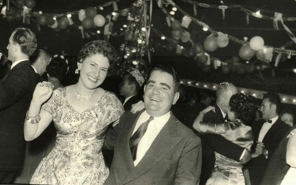 Sur cette photo des années 1950, fournie par Tales of Jewish Sudan, un bal du Nouvel An a lieu au Jewish Recreational Club dans le centre-ville de Khartoum. (Autorisation de Flore Eleini, Tales of Jewish Sudan, via AP)