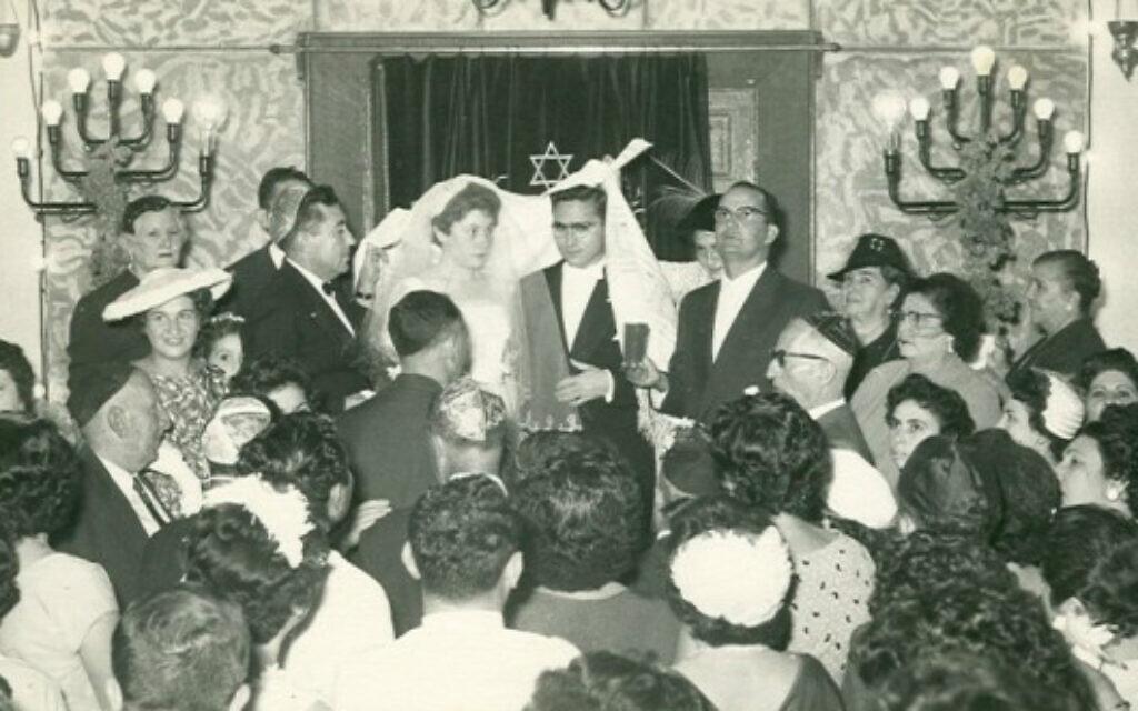 Un mariage juif est célébré dans la synagogue de Khartoum, Soudan, 1950. Centre de la vie religieuse juive, la synagogue a été créée en 1926 dans le centre de Khartoum, en remplacement d'une petite synagogue plus ancienne, et a été détruite en 1987 après avoir servi de banque. (Autorisation de Flore Eleini, Tales of Jewish Sudan, via AP)