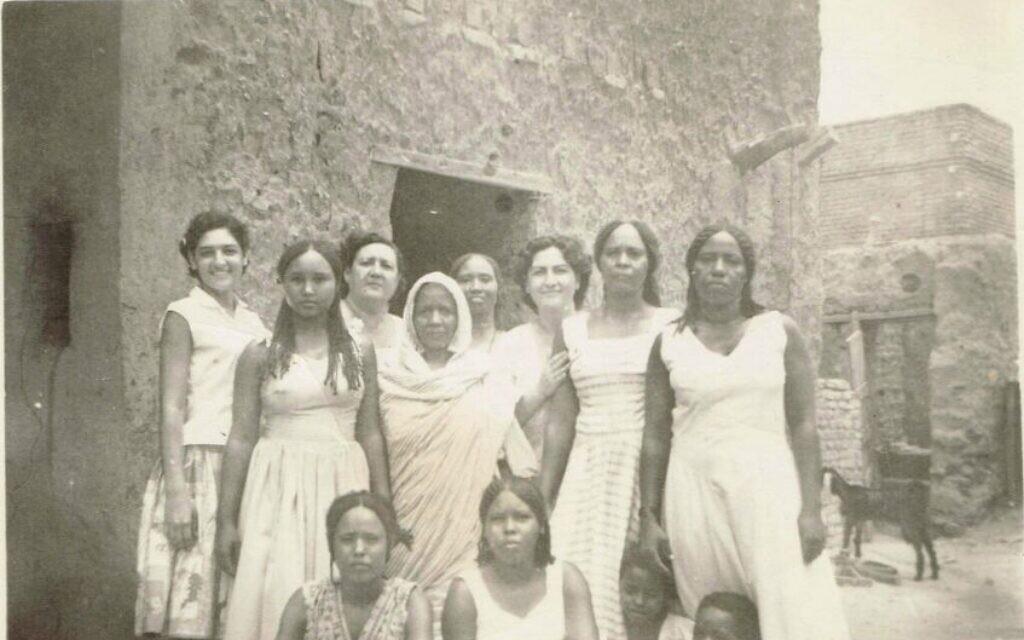 Sur cette photo non datée, fournie par Tales of Jewish Sudan, Lily Ben-David, (à l'extrême gauche), en compagnie de sa mère et de sa tante (au dernier rang), assiste au mariage d'un voisin à Khartoum. (Autorisation de Lily Ben-David, Tales of Jewish Sudan, via AP)