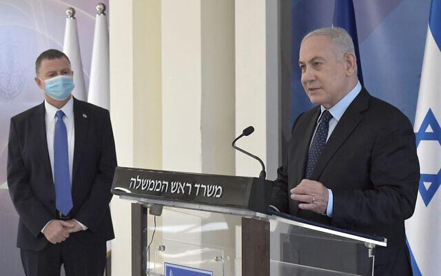 Le Premier ministre Benjamin Netanyahu prononce un discours télévisé après la signature d'un contrat avec Pfizer pour l'achat de doses du vaccin contre le coronavirus, aux quartiers généraux de l'armée à Tel Aviv, le 13 novembre 2020. (Crédit Kobi Gideon/GPO)