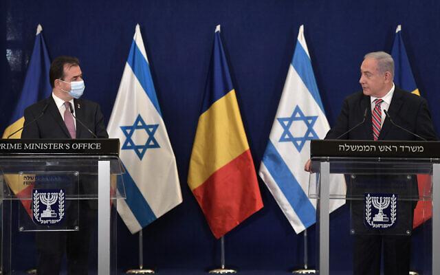 Le Premier ministre roumain Ludovic Orban (G) avec le Premier ministre Benjamin Netanyahu à Jérusalem, le 3 novembre 2020. (GPO)