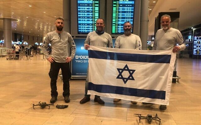 L'équipe chargée de lutter contre les invasions de criquets pèlerins quittent Israël pour l'Ethiopie, le 11 novembre 2020. (Crédit : Ambassade d'Israël en Ethiopie)