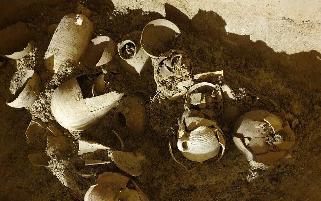 Une cachette de récipients de l'époque du Second Temple découverte dans une citerne d'eau dans l'ancien village de Kafr Murr, aujourd'hui un quartier de Beit El. (Evgueni Aharonovitch)